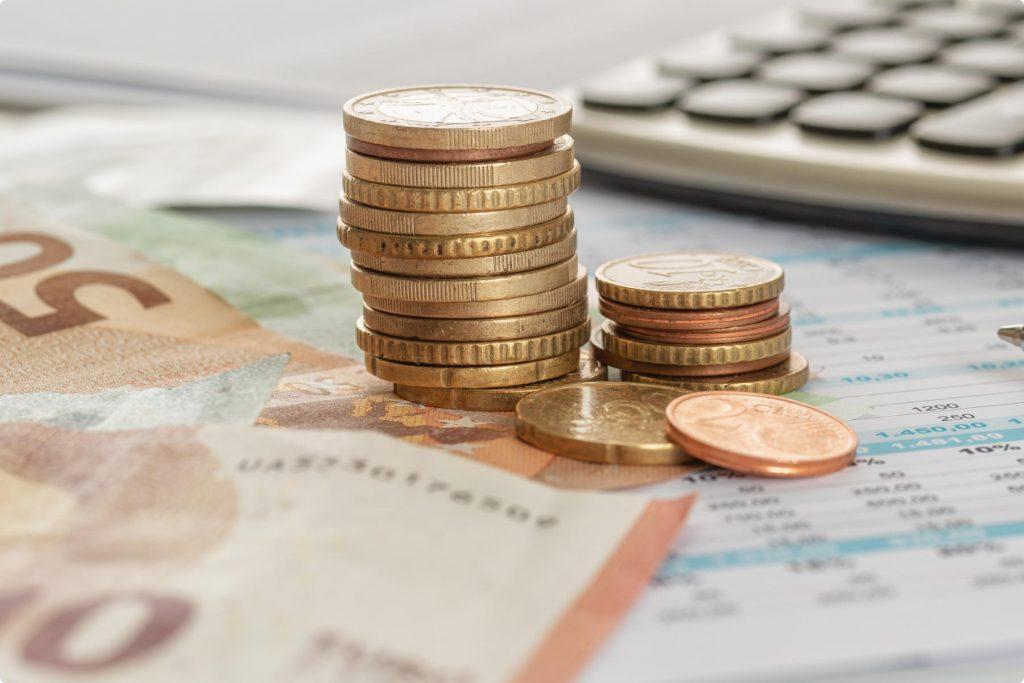 Geld Münzen und Scheine