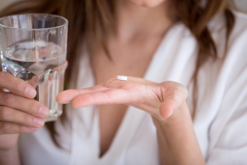 Frau nimmt Tablette
