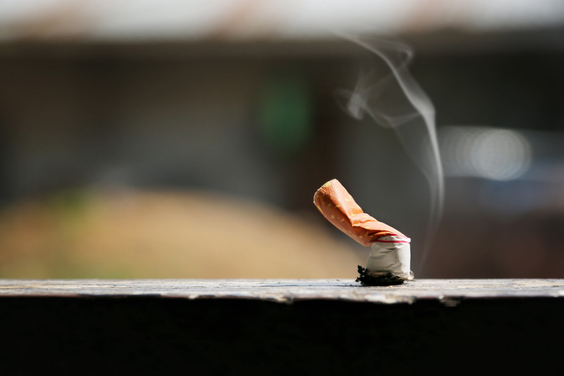 Zigarettenstummel ausgedrückt auf Mauer