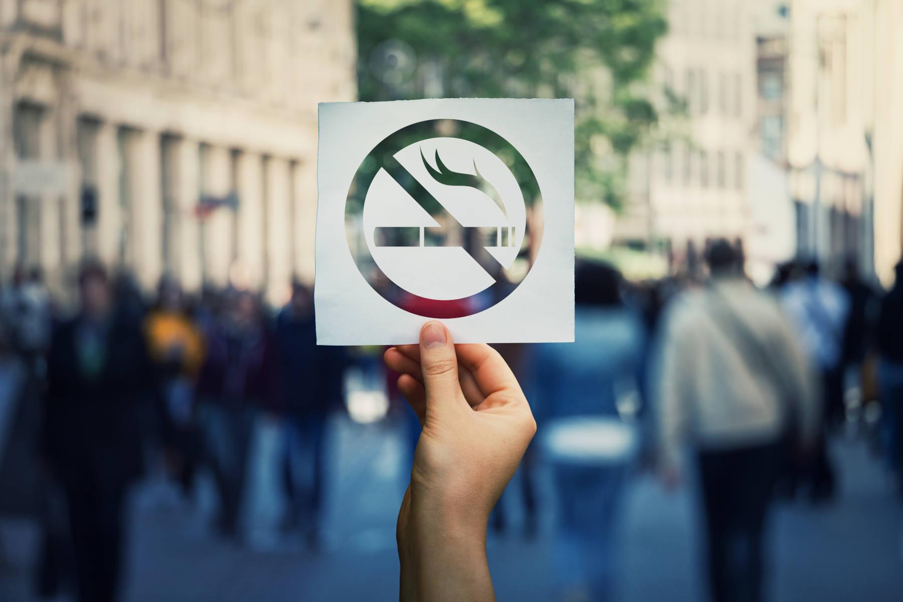 Hand hält Nicht-Rauchen-Schild