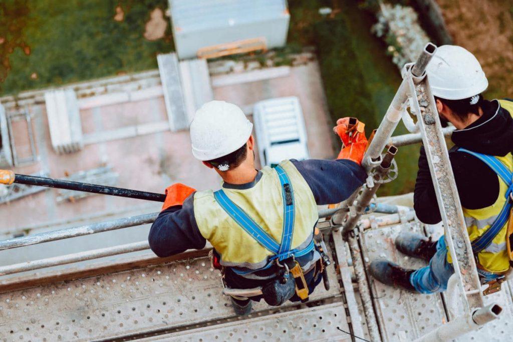 Arbeiter auf Gebäude