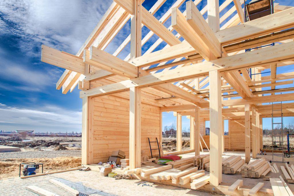 Haus aus Holz mitten im Bau