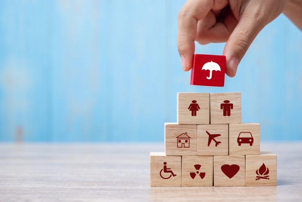 Würfel mit Symbolen werden aufeinander gestapelt